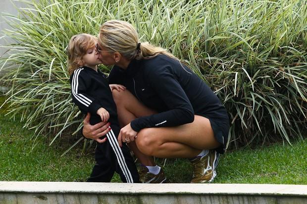 Adriane Galisteu e filho dando selinho (Foto: Manuela Scarpa/Foto Rio News)