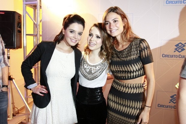Giovanna Lancellotti e Thaila Ayala posam com Sandy após show da cantora no Rio (Foto: Felipe Panfili e André Muzell/ Ag. News)