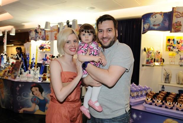 Daniele Valente e Christiano Cohrane levam filha em peça infantil (Foto: Francisco Cepeda/ Ag. News)