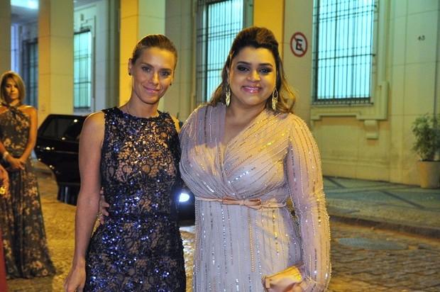 Carolina Dieckman e Preta Gil no casamento (Foto: Isac Luz/ EGO)