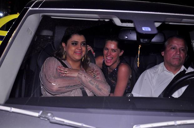 Preta Gil e Carolina Dieckmann no carro (Foto: Roberto Teixeira / EGO)