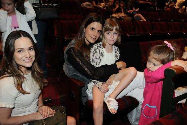 Gabriela Duarte e Mariana Kupfer levam filhas em peça infantil (Foto: Francisco Cepeda/ Ag. News)