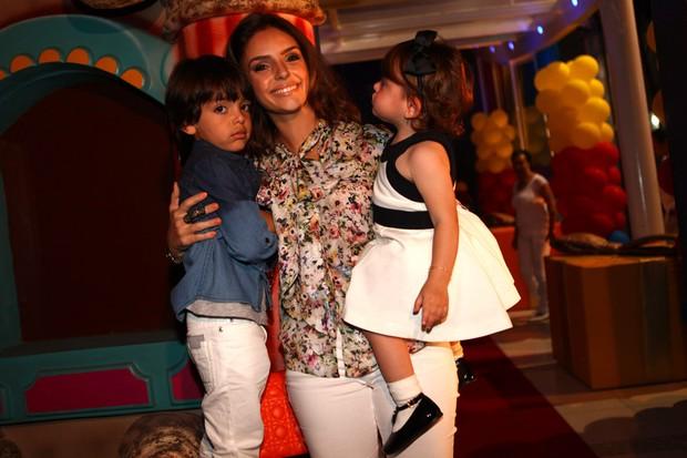 Carol Celico e os filhos (Foto: Iwi Onodera/ EGO)
