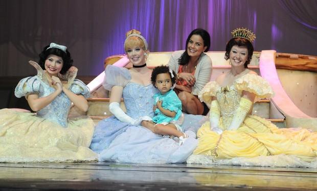 Luciele Di Camargo leva filha em peça infantil (Foto: Francisco Cepeda/ Ag. News)