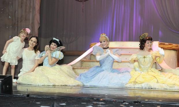 Gabriela Duarte leva filha em peça infantil (Foto: Francisco Cepeda/ Ag. News)