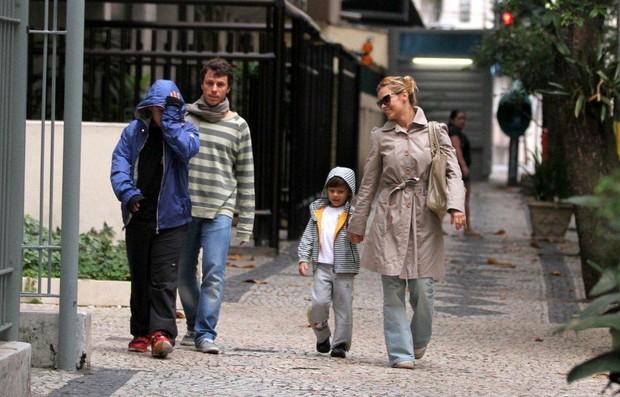 Carolina Dieckmann com a família no Leblon, no Rio (Foto: André Freitas/AgNEws)