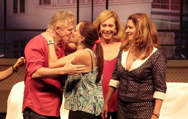Miguel Falabella beija Susana Vieira na boca em estreia de peça (Foto: Isac Luz/EGO)