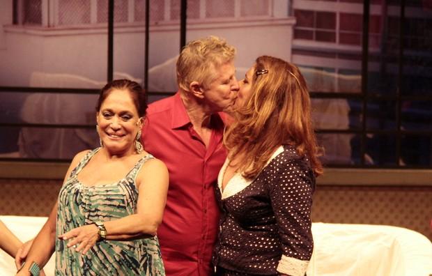 Miguel Falabella beija Patrycia Travassos na boca em estreia de peça (Foto: Isac Luz/EGO)