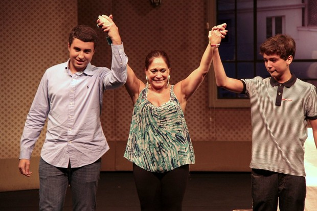 Susana Vieira se emociona com os netos, Rafael e Bruno, em estreia da peça 'A Partilha' (Foto: Isac Luz/EGO)