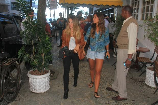 Cleo Pires saindo do restaurante com uma amiga (Foto: Jeferson Ribeiro e Clayton Militão/ Foto Rio News)