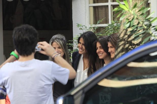 Antonia Pires tira foto com amigas (Foto: Jeferson Ribeiro e Clayton Militão/ Foto Rio News)