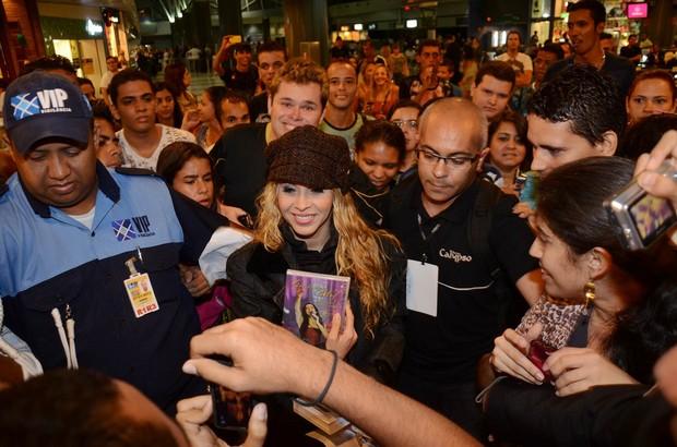 Joelma em meio a fãs no aeroporto de Recife (Foto: João Vitor Alves/ Luan Promoções/ Divulgação)