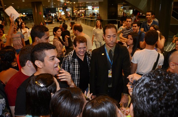 Chimbinha em meio a fãs no aeroporto de Recife (Foto: João Vitor Alves/ Luan Promoções/ Divulgação)