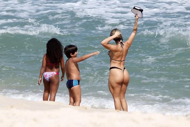 Andréa de Andrade, ex-rainha da mocidade, na praia da Barra da Tijuca com o filho, no Rio de Janeiro (Foto: Marcos Ferreira / PhotoRioNews)
