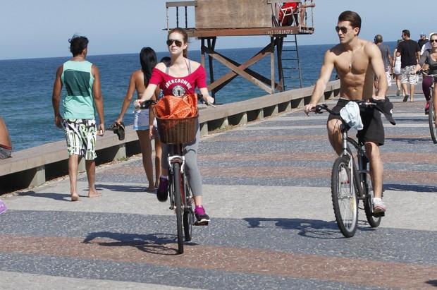 Marina Ruy Barbosa pedala na orla da Barra da Tijuca, Rio de Janeiro (Foto: Marcos Ferreira / PhotoRioNews)