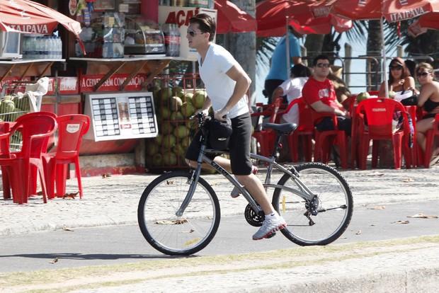 Marina Ruy Barbosa e Klebber Toledo pedalam na orla da Barra da Tijuca, Rio de Janeiro (Foto: Marcos Ferreira / PhotoRioNews)