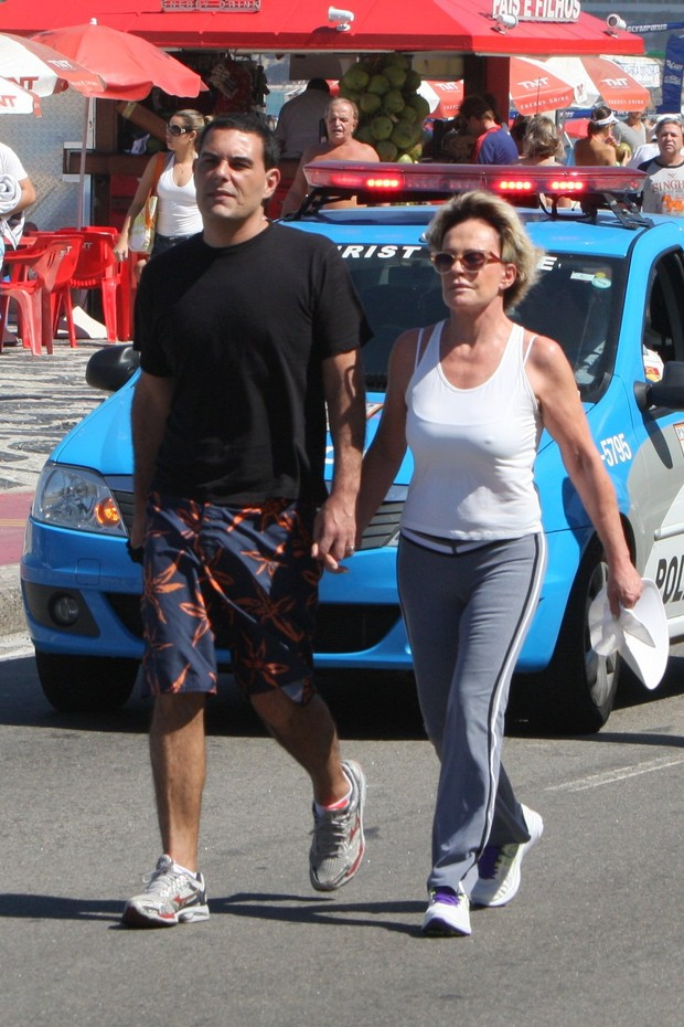 Ana Maria Braga e marido na orla do Leblon, Rio de Janeiro (Foto: Gil Rodrigues /  FotoRioNews)