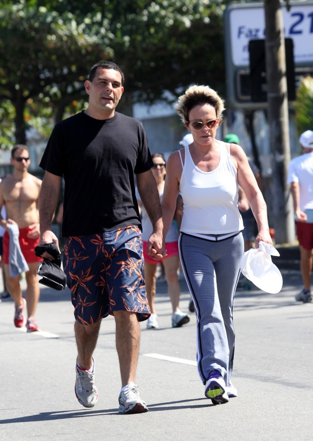 Ana Maria Braga e marido na orla do Leblon, Rio de Janeiro (Foto: Wallace Barbosa/AgNews)