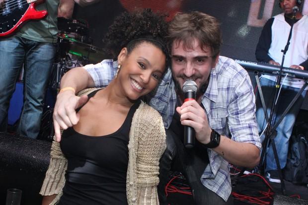 Sheron Menezzes com o vocalista Delão (Foto: Photorio News/Raphael Mesquita)