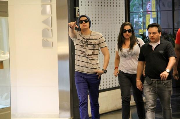 Luan Santana passeia em shopping do RJ (Foto: Daniel Delmiro / AgNews)