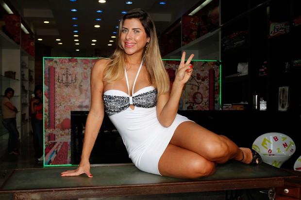 Ana Paula Minerato fotografa em loja do Brás, em São Paulo (Foto: Thais Aline / AgNews)
