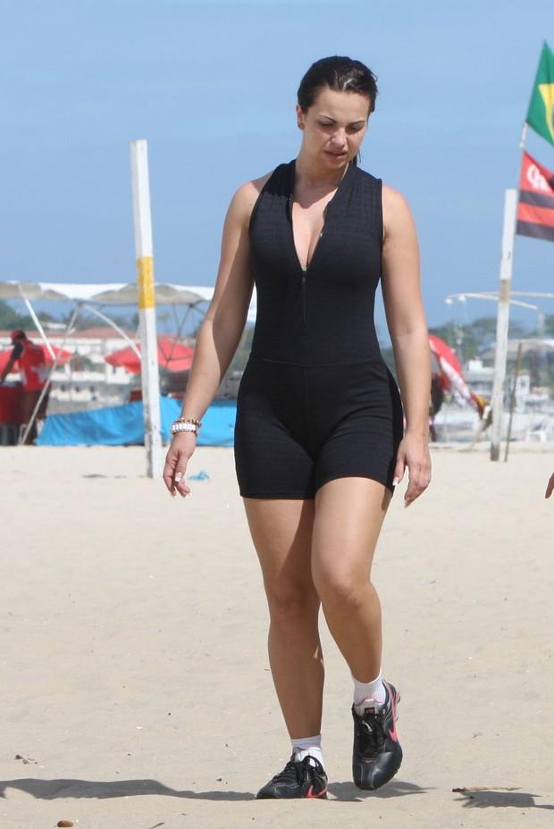 Veridiana Freitas caminha na praia de Copacabana, no Rio (Foto: Gil Rodrigues / Foto Rio News)