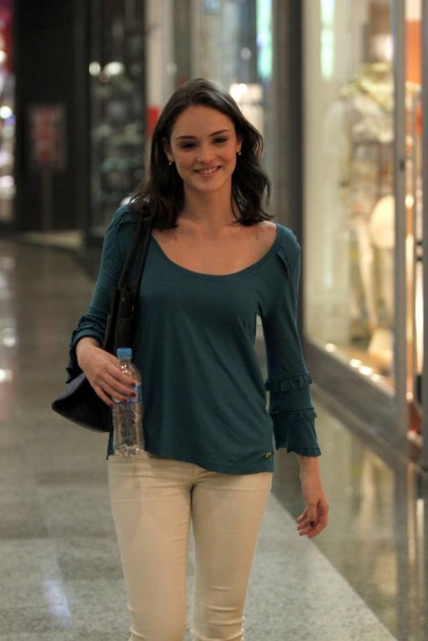 Isabelle Drummond faz compras em shopping do Rio (Foto: Marcos
