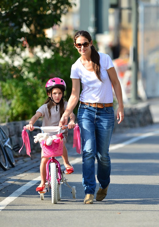 Katie Holmes ensina Suri a andar de bicicleta (Foto: Agência/Getty Images)