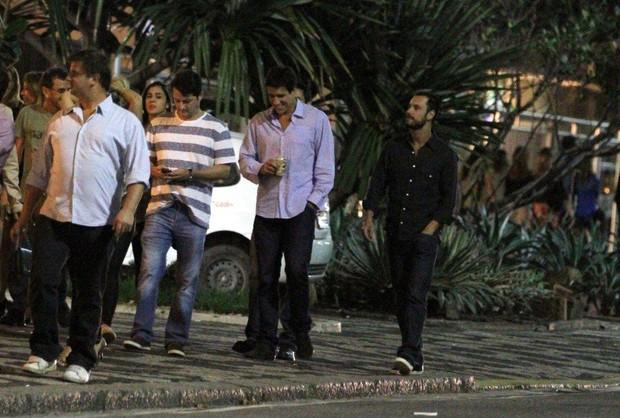 Rodrigo Santoro e Marcelo Serrado com amigos na porta de boate (Foto: André Freitas/Ag News)