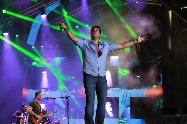 Léo, da dupla com Victor, no show em Barretos (Foto: Isac Luz/EGO)
