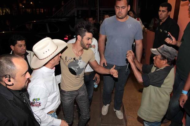 Gusttavo Lima chega em Barretos (Foto: Francisco Cepeda e Orlando Oliveira/AgNews)