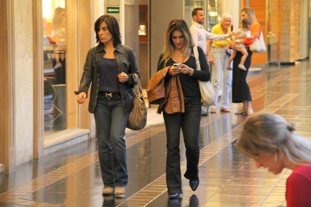 Glória e Cleo Pires no shopping (Foto: Daniel Delmiro / AgNews)