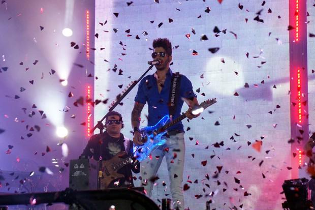 O cantor anima o público (Foto: Paduardo / Foto Rio News)