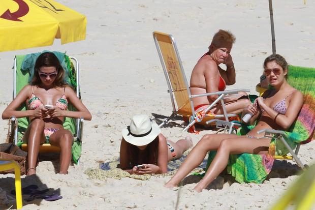 Thaila Ayala e Sophie Charlotte na praia (Foto: Dilson Silva / AgNews)