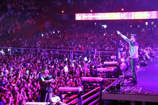O cantor agita multidão (Foto: Isac Luz / EGO)