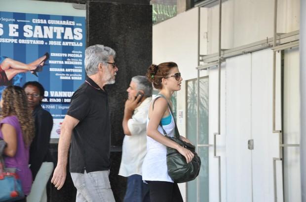 José Mayer passeia com a filha em shopping do Rio (Foto: Mickael Machado / AgNews)