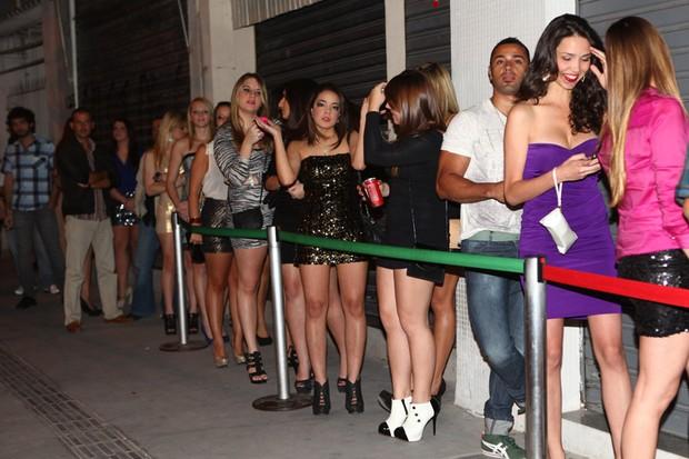 Mulheres esperam para entrar em festa de jogador (Foto: Iwi Onodera / EGO)
