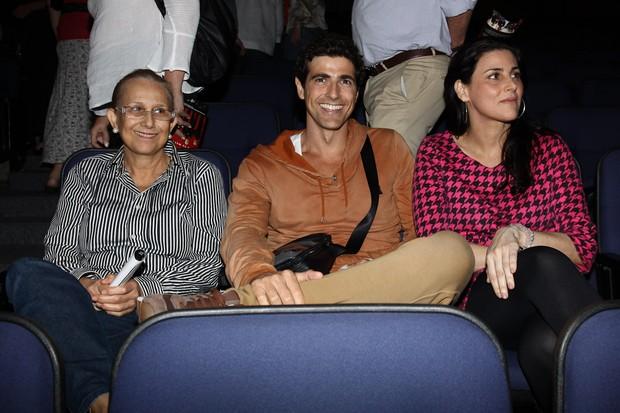 Reynaldo Gianecchinni assiste peça ao lado da mãe e uma amiga (Foto: Manuela Scarpa / FotoRioNews)
