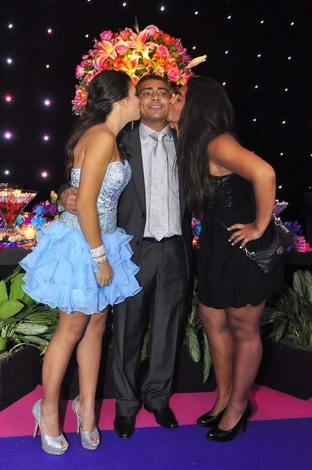 Romário com as filhas Daniella (de azul) e Moniquinha (de preto) (Foto: Roberto Teixeira/EGO)