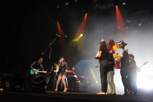 Paula Fernandes e fãs (Foto: Gustavo Freitas/Agnews)