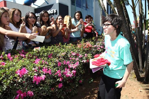 Pe Lanza com fãs (Foto: Manuela Scarpa/PhotoRio News)