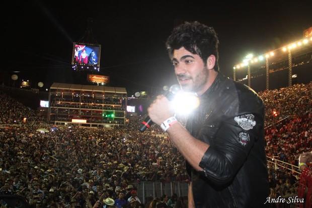 Ex-BBB Rodrigão cantou para público em Barretos (Foto: Divulgação)