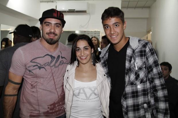 Ex-BBB Yuri, Daniele Hypólito e Romarinho no camarim do grupo Revelação (Foto: Isac Luz/EGO)