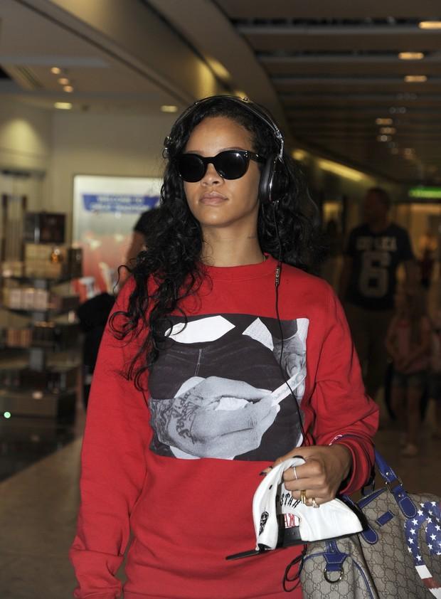 Rihanna usa blusa com foto polêmica em Londres (Foto: Grosby Group)