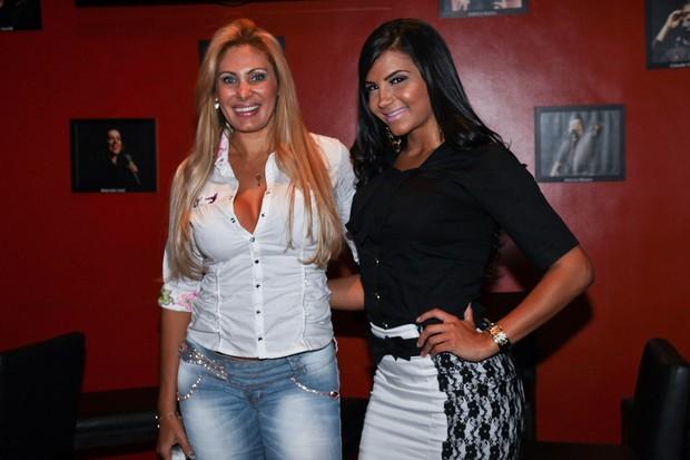 Ângela Bismarchi e Chayane Cesário vão ao teatro em São Paulo (Foto: Manuela Scarpa/ Foto Rio News)