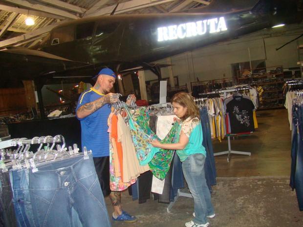 Claudia Rodrigues fazendo compras (Foto: Divulgação)