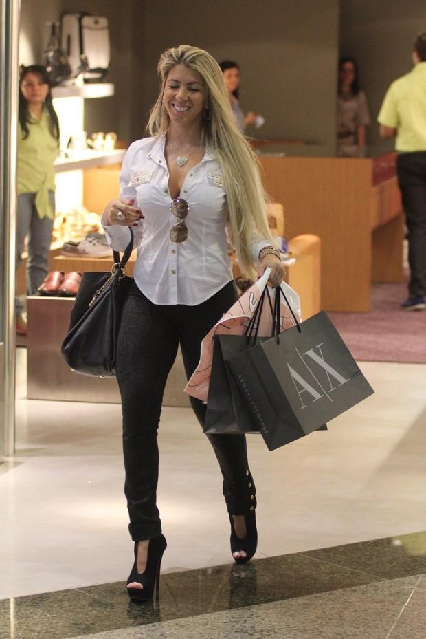 Andréa de Andrade faz compras em shopping do Rio (Foto: Marcus Pavão / AgNews)