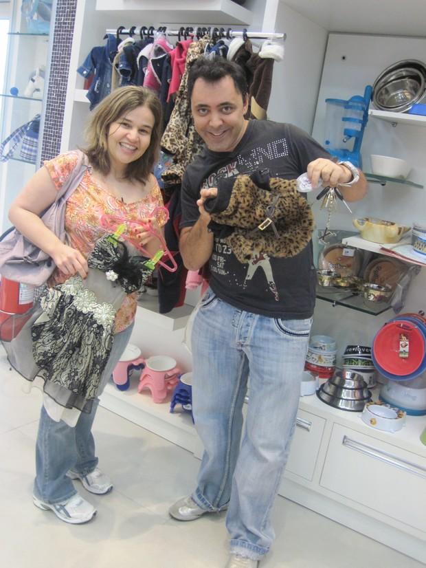 Claudia Rodrigues e Julinho do Carmo fazendo compras (Foto: Divulgação)