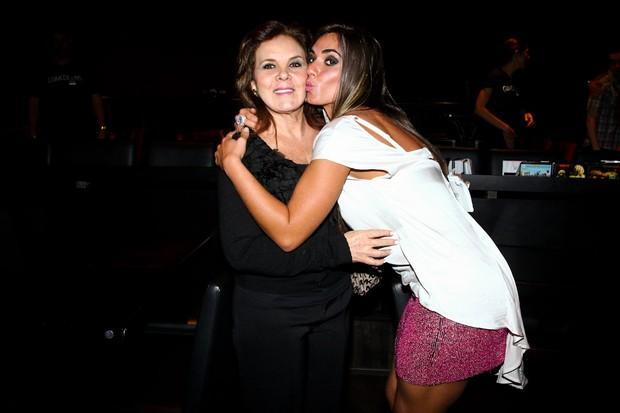 Nicole Bahls com a mãe, Vera Barbosa, em teatro em São Paulo (Foto: Manuela Scarpa/ Foto Rio News)