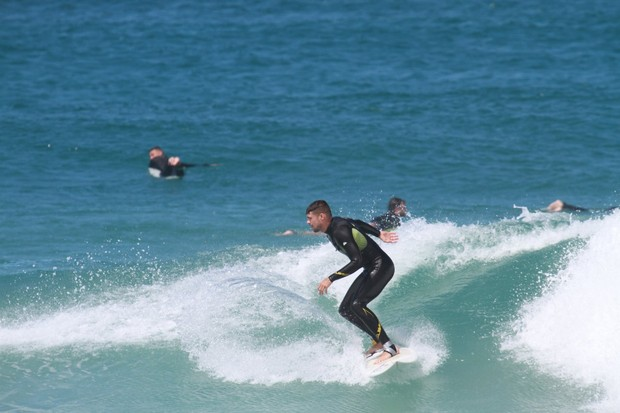 Cauã Reymond surfando (Foto: Dilson Silva / Agnews)